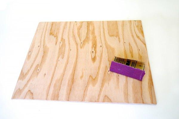 Lija la madera hasta que quede suave.