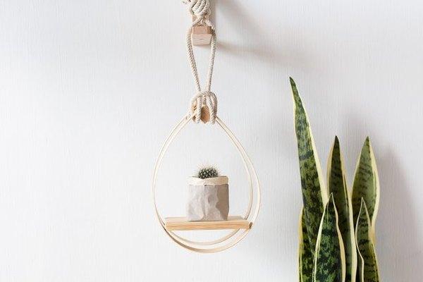 Haz estantes para colocar tus plantas en el interior de tu hogar.