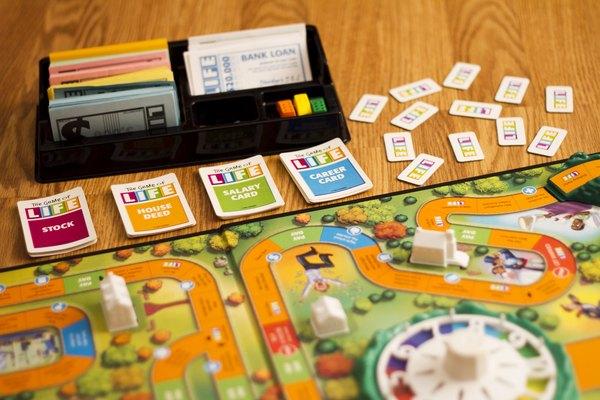 Un jugador sirve como banquero y da $10.000 a cada jugador.