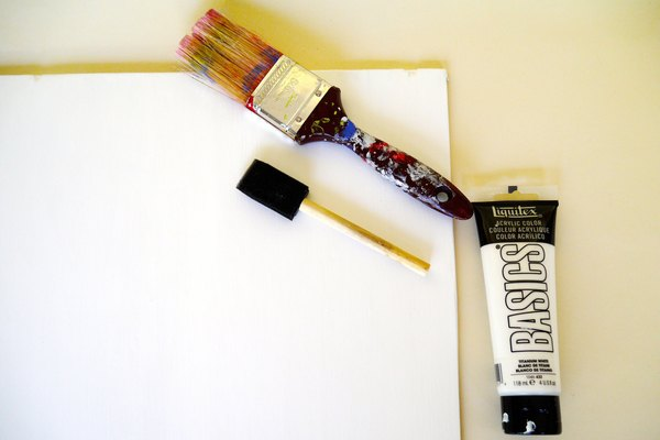 Pinta el lado de la madera sobre el que has trabajado con tres capas de pintura acrílica.