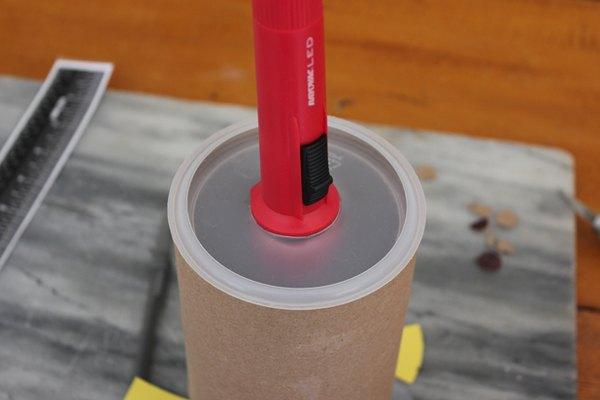 Une la linterna al tubo