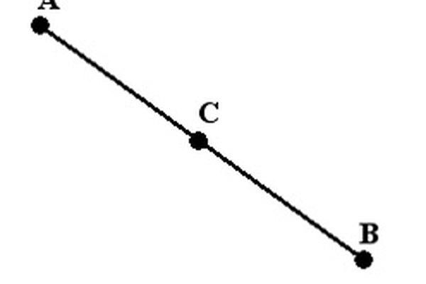 El punto medio es aquel que está en el centro de otros dos puntos.