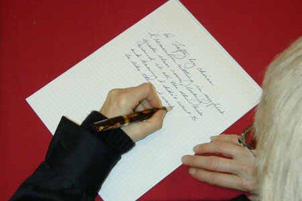 Una persona zurda escribe sobre un papel inclinado