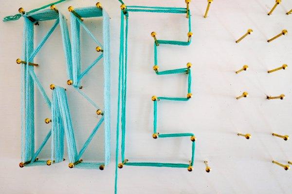 Envuelve el hilo de bordar alrededor del contorno de la primera letra.