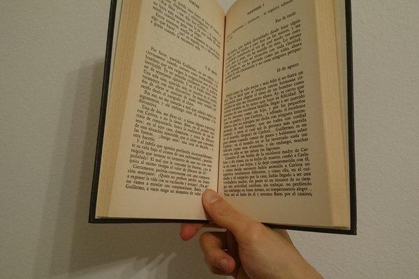 Esta posición es cómoda para cuando tienes un libro pequeño en la mano.