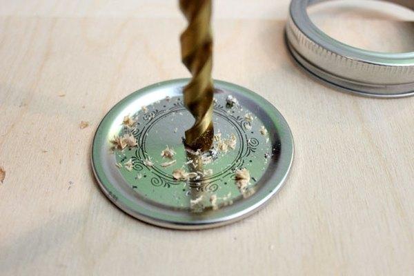 Perfora un agujero en la tapa.