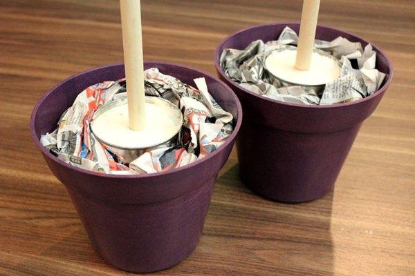 Coloca las latas en macetas decorativas.