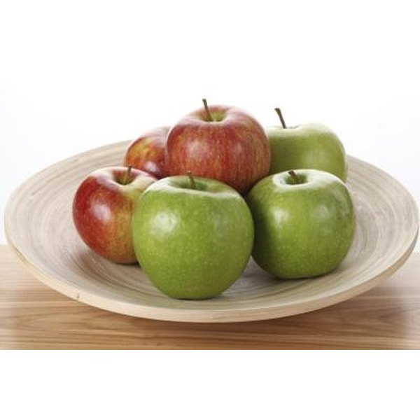 Red and green apples contain roughly the same amount of carbohydrates.