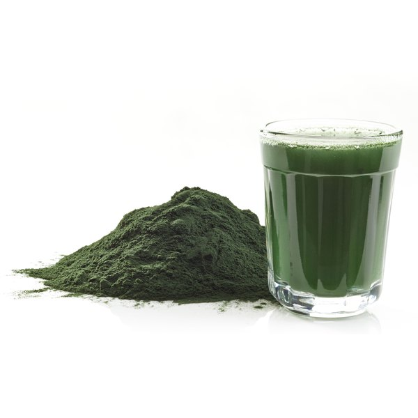 Powdered spirulina and green smoothie