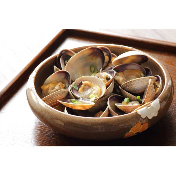 A bowl of cooked clams.