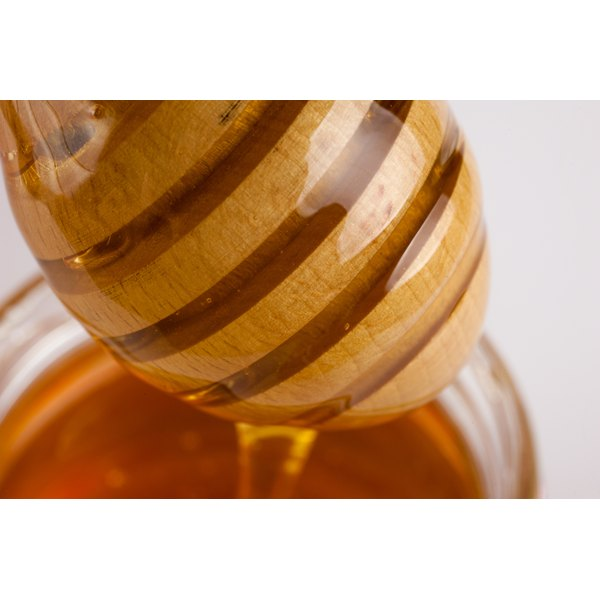 Honey is a humectant that helps to moisturize the skin.