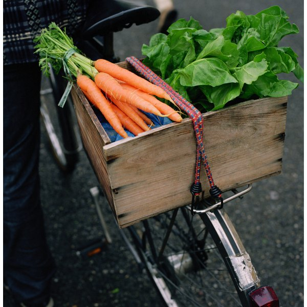 Carrots and lettuce, common salad ingredients, have numerous health benefits and a delicate, pleasing taste.