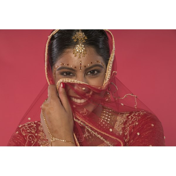 This Indian bride wears a simple maang tikka to add glitz to her hair.