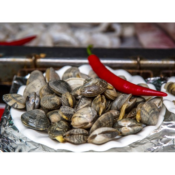 Fresh clams on a plate.