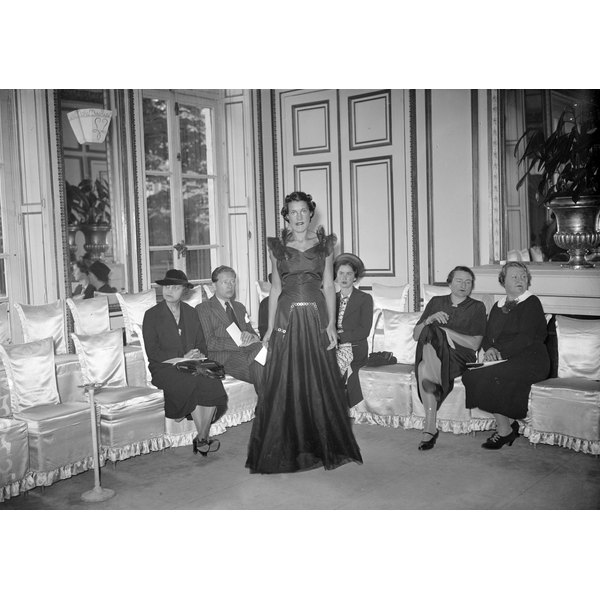 Femininity became a hallmark of 1930s fashion.