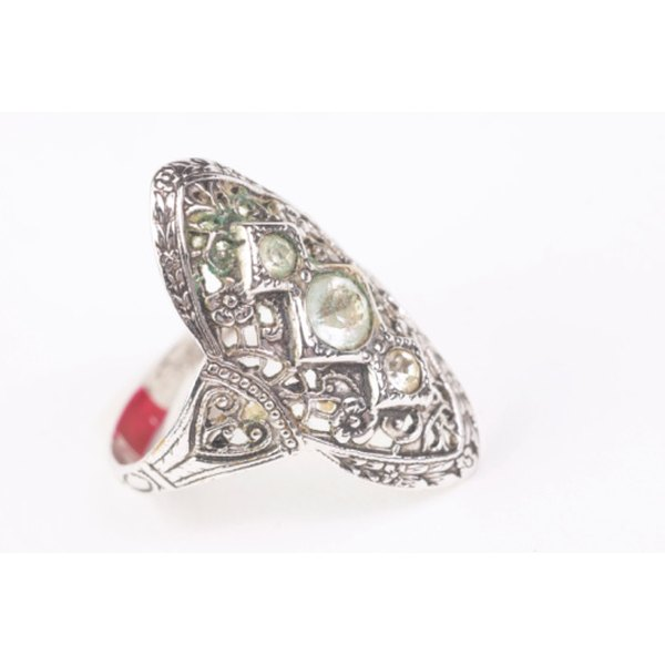 An example of a 1940s art-deco women's wedding ring with filigree.