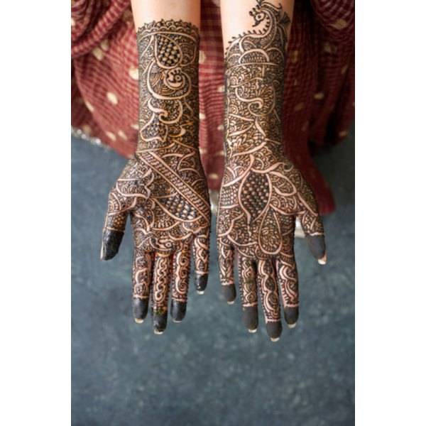 Mehndi is characterized by thin lines and ornate patterns.