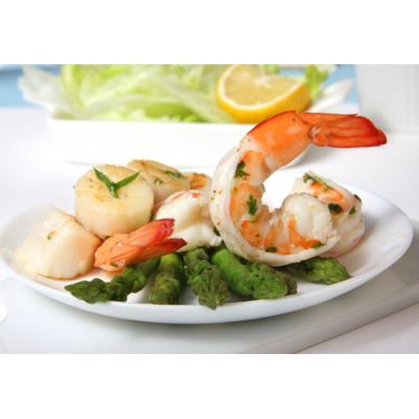 Shrimps and scallops with asparagus