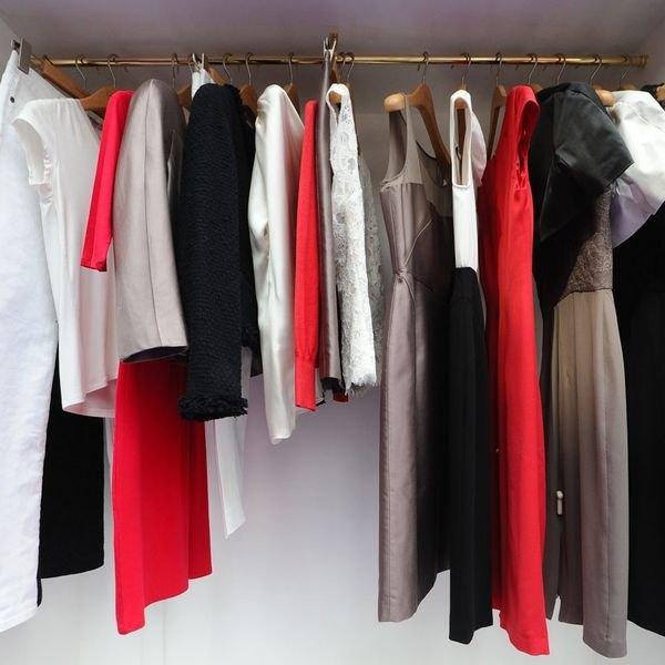Un guardarropa a la moda comienza con unos pocos objetos esenciales.