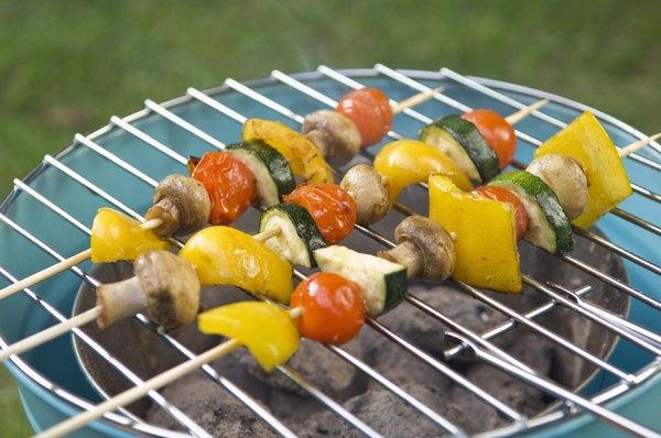 Corta las verduras en rebanadas, en cubos o ponlas en una brocheta.