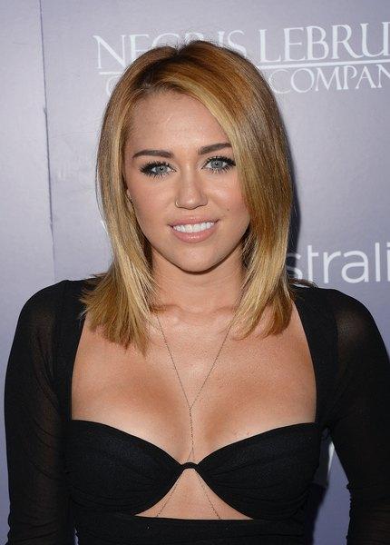 Miley Cirus utilizó el tono bronceado.
