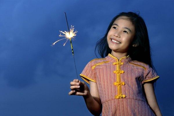 Aunque las luces de bengala no son originales de México, en este país se consumen mucho además otros elementos pirotécnicos como las palomas, cohetes o cañones que son hechos con pólvora y usados en estas festividades.