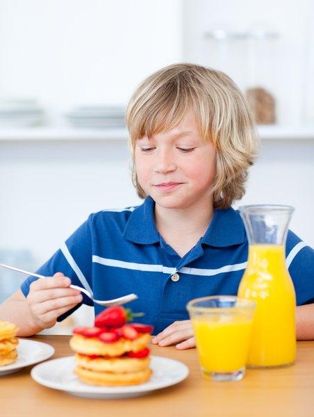 Panqueques con mermeladas de frutilla o frambuesa y fruta fresca.