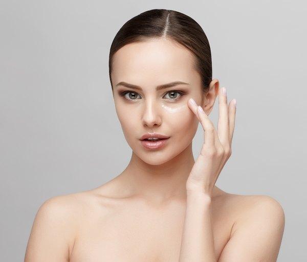 Evita aplicarte una infinidad de cremas que no están diseñadas para el rostro.