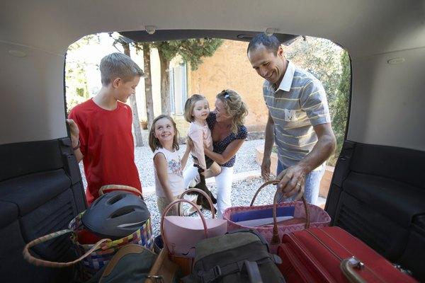 Familia empacando para las vacaciones.