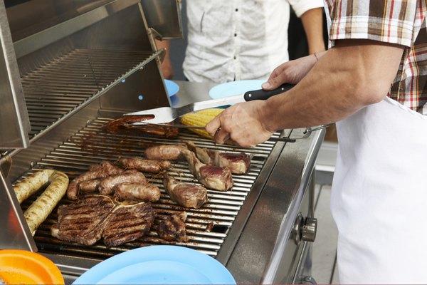 Cocinar a la parrilla es una forma de arte, una que dibuja el sabor de las carnes de la manera más prosaica en una forma en la que avergüenza el impasible trabajo del horno y la estufa.