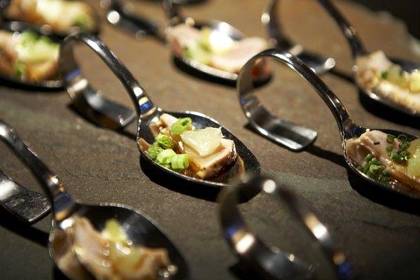 O planejamento cuidadoso é o ingrediente principal para um jantar chique e perfeito