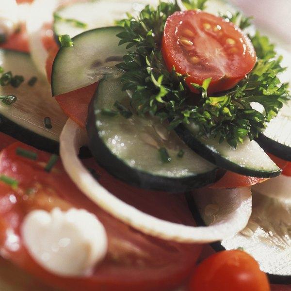 La ensalada griega es una comida refrescante con muchos vegetales.
