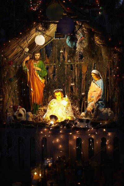 El pesebre debe permanecer vacío hasta la nochebuena, porque es precisamente allí es cuando debe de colocarse al niño Jesús en el pesebre, representando el momento cuando vio la luz del mundo.