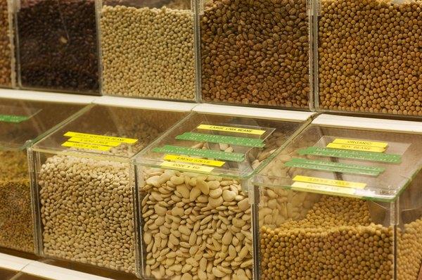 Guarda cereales y pastas secas en recipientes de vidrio.