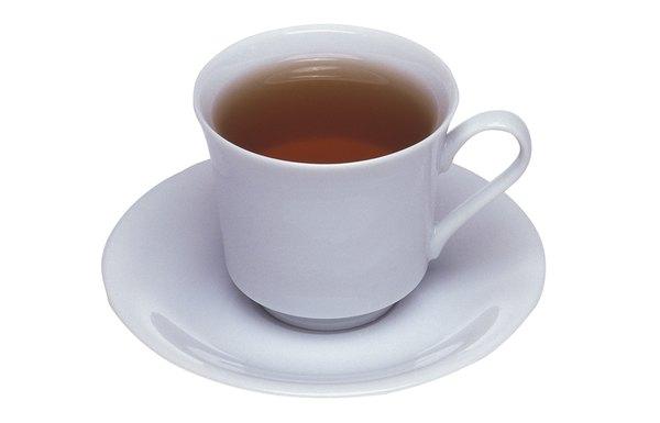 Olheiras podem ser disfarçadas com uma simples máscara com chá de camomila gelado