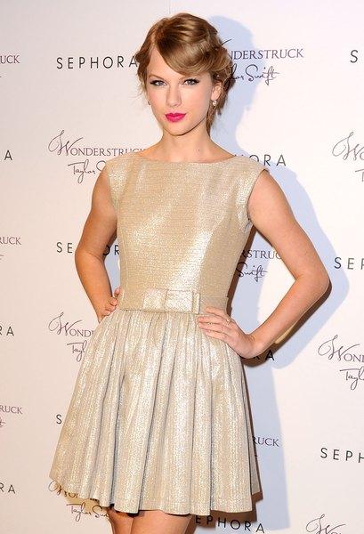 Taylor Swift, elegante com a pele brilhante.