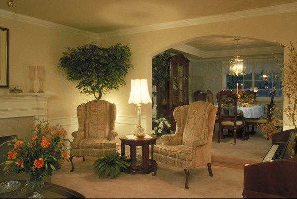 Las flores y plantas dentro del hogar añaden una apariencia fresca y colorida.