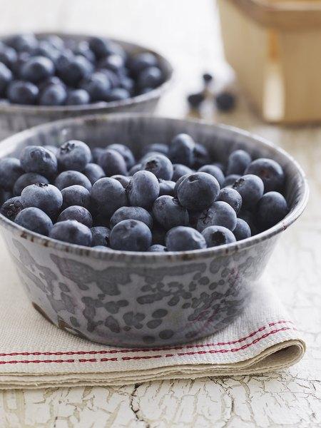 Prepara un puré especial mezclando peras y arándanos.