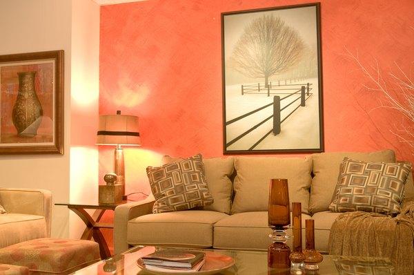 Un espacio lleno de gamas de naranja irradia vitalidad y alegría.