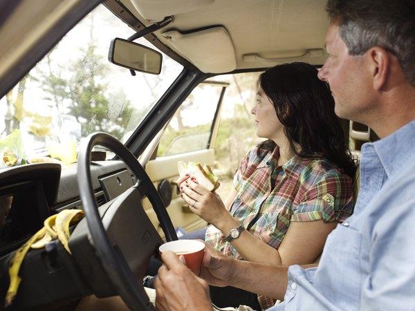 Consuma alimentos leves para evitar o sono em viagens