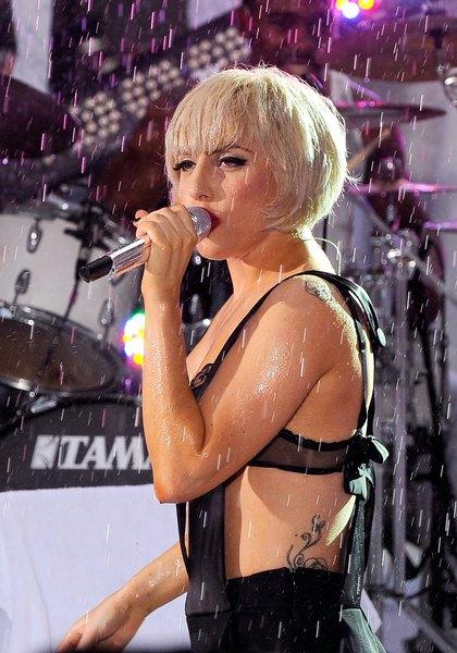 Lady Gaga só tatua a parte esqueda do corpo, a pedido do pai
