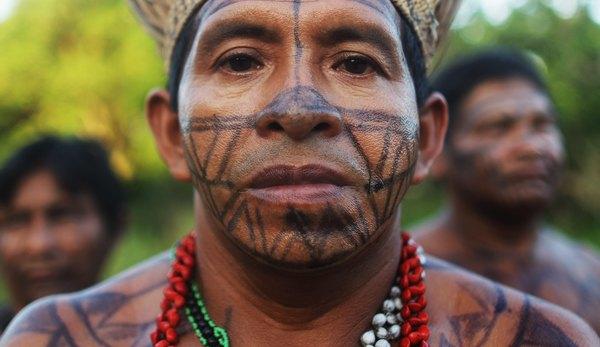 Atualmente com uma população pequena, os povos indígenas ainda habitam a Floresta Amazônica