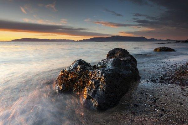 La arena negra revela el origen volcánico de Islandia.