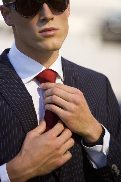 A gravata vermelha e sem estampas chamativas usada com um terno azul-marinho é uma ótima escolha para uma entrevista
