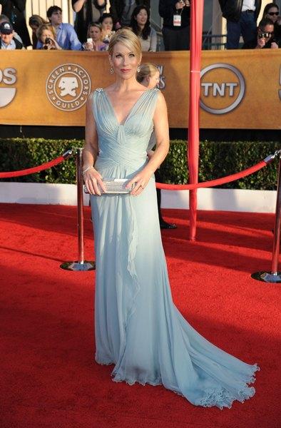 Christina Applegate luce elegante con este vestido azul cielo largo hasta el suelo.