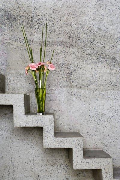 El mismo tono para la escalera y la pared.