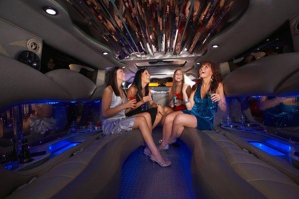 Já pensou em chegar de limousine na balada?