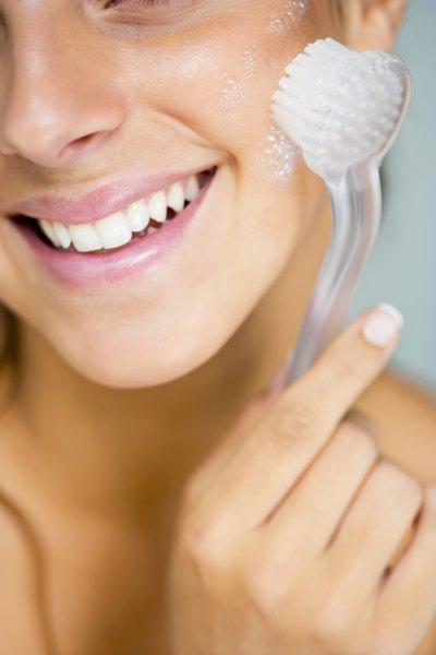 Faça a esfoliação regularmente. Só a limpeza e um creme para pele não irão funcionar