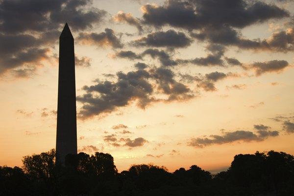 El Obelisco del centenario es una escultura de principios de siglo.