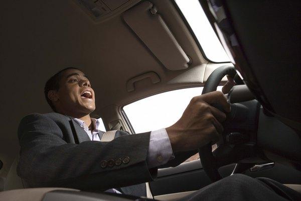 Coloque músicas relaxantes no som do automóvel para relaxar durante a direção